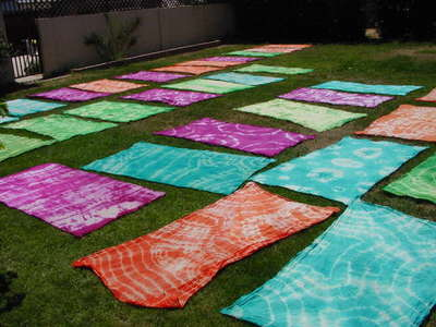 Tie_dye_in_the_grass
